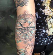 Piraten kompas op onderarm