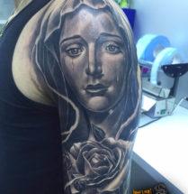 Huilende vrouw met bloemen op bovenarm