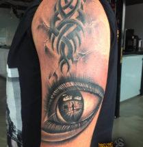 Tribal en oog op bovenarm