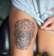 Chicano schedel op bovenbeen