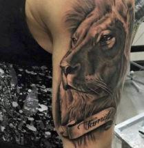 Leeuw met tekst op bovenarm