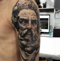 Plato met witte duif op bovenarm