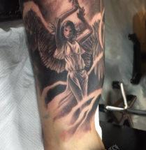 Engel op bovenarm