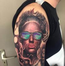 Portret vrouw op bovenarm