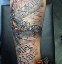 Schorpioen met naam tattoo op onderarm