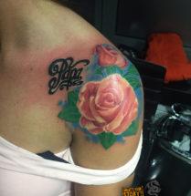 Bloemen met tekst op schouder