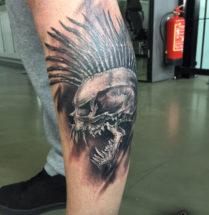 Monster schedel op onderbeen