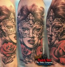 Vrouw met masker en bloemen op bovenarm
