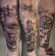 Boot, vuurtoren en kompas op onderarm