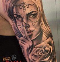 Chicano vrouw met bloem op bovenarm