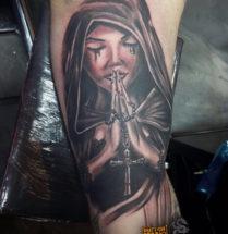 Religieuze vrouw op bovenarm