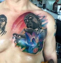 Boeddha met bloem op borst
