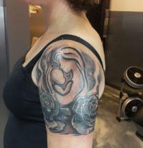 Moeder met kind en bloemen op bovenarm