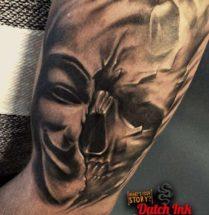 Schedel met masker op bovenarm
