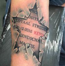 Onderhuids ster met teksten op onderarm