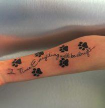 Kattenpoot afdrukken en tekst tattoo op onderarm