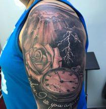 Roos, compas en slecht weer op bovenarm