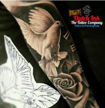 Duif en bloemen op onderarm