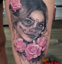Chicano vrouw met bloemen op bovenbeen