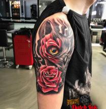Uil en roos op bovenarm