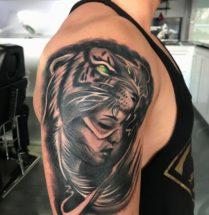 Vrouw met tijger masker op bovenarm