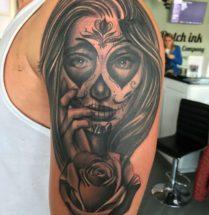 Chicano met roos op bovenarm