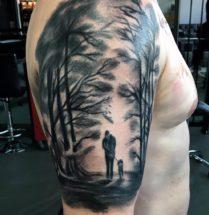 Donker bos met man en hond op bovenarm