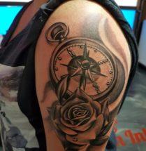 Compas en roos op bovenarm