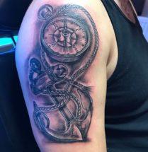 Kompas en anker op bovenarm