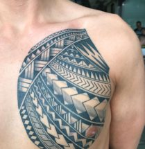 Maori tattoo op borst