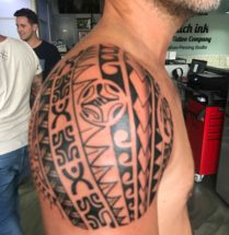 Maori tattoo op bovenarm