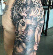 Dame met leeuwenkop op bovenarm
