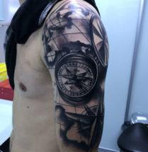 Wereld kaart met kompas op bovenarm