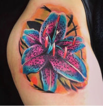 Felgekleurde lotus bloem op heup