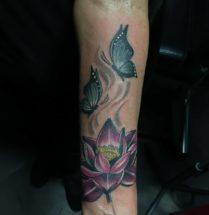 Lotus met vlinders op onderarm