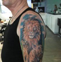 Leeuwen familie op bovenarm