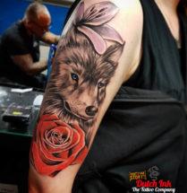 Wolf met bloemen op bovenarm