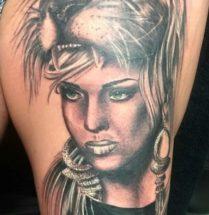Vrouw met leeuwenkop masker op bovenbeen